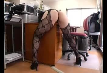 【家具でオナニー】椅子の側面にマ●コを当てると気持ちいいの?変態淫乱熟女OLがスカートまくり上げてドエロいオナニー始めちゃったよ!